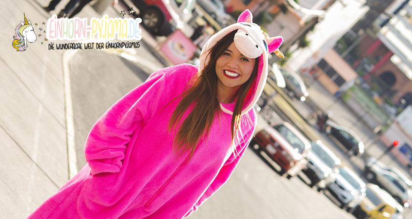 Einhorn Pyjama für Damen in der Stadt von einer jungen Frau