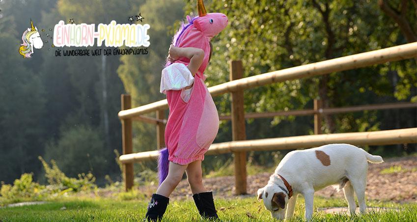 Kind mit Einhorn Schlafanzug draußen